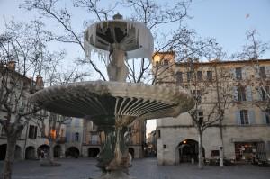 Le Gard frissonne, Uzès grelotte... la Place aux Herbes se les gèle et on a mauvaise mine... dans FRANCE l'Uzège 2012-uzes-fontaine-gelee-049-300x199
